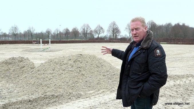 Voorzitter Koos Naber op het buitenterrein van het Hippisch Centrum Exloo.