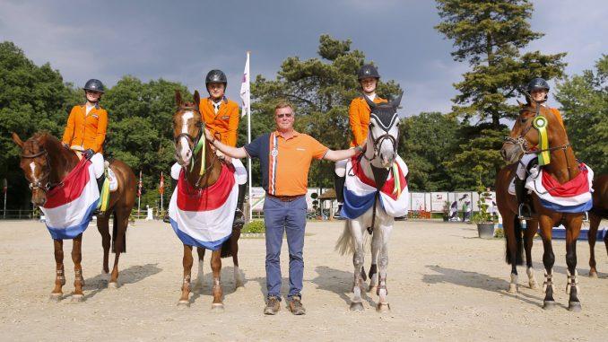 De Nederlandse pony-equipe werd tweede in de landenwedstrijd Wierden.