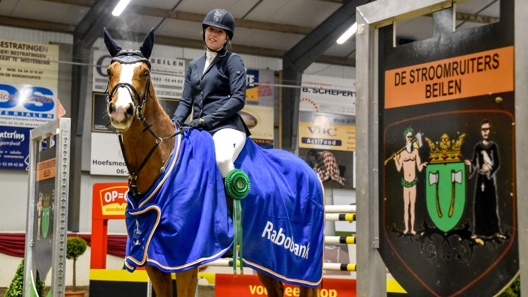 Laura Slager en La Serena bij de prijsuitreiking van Indoor Hartje Drenthe.