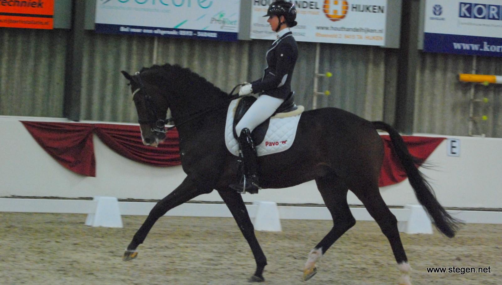 Laura Zwart reed Eros naar de derde plaats bij Indoor Hartje Drenthe. Met Lumen Express won ze de rubriek.