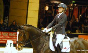 Linda Kouwenhoven met Floyd winnaar dressuurcompetitie Vlagtwedde