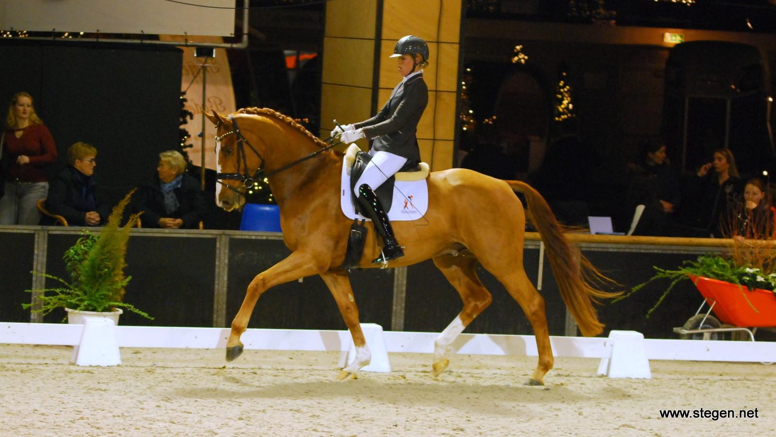 Linda Kouwenhoven won bij Indoor Groningen met Happymood de kür klasse L.