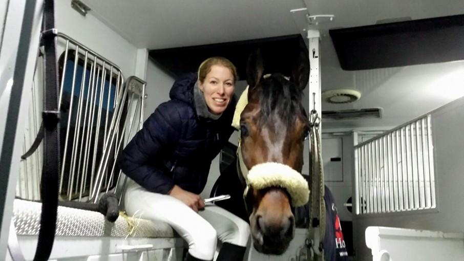 Linda Kouwenhoven zit gezellig in de vrachtwagen bij Siegi. foto: Facebook