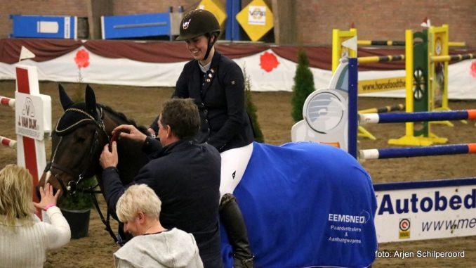 Roos in de Regio. Lisa van der Molen en haar paard Bruce bij de prijsuitreiking. foto: Arjen Schilperoord