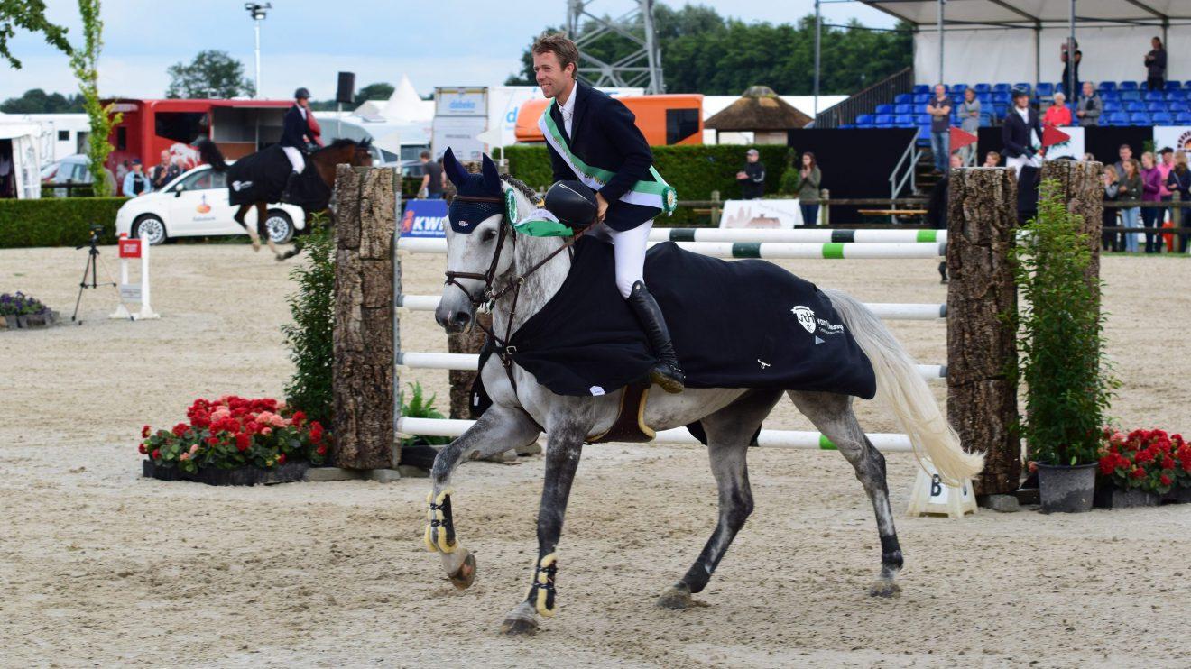 Maikel van der Vleuten en Dana Blue tijdens de ereronde van het CH De Wolden.