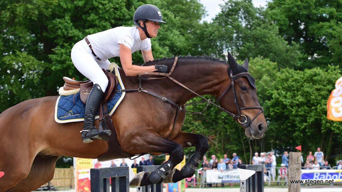 Mareille van Geel werd met Enjoy tweede in het 1.40 en won de ZZ tijdens het CH Eext.