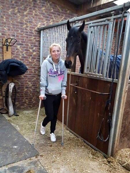 Margot Norder op krukken bij haar paard Desteny. foto: Johnny Norder