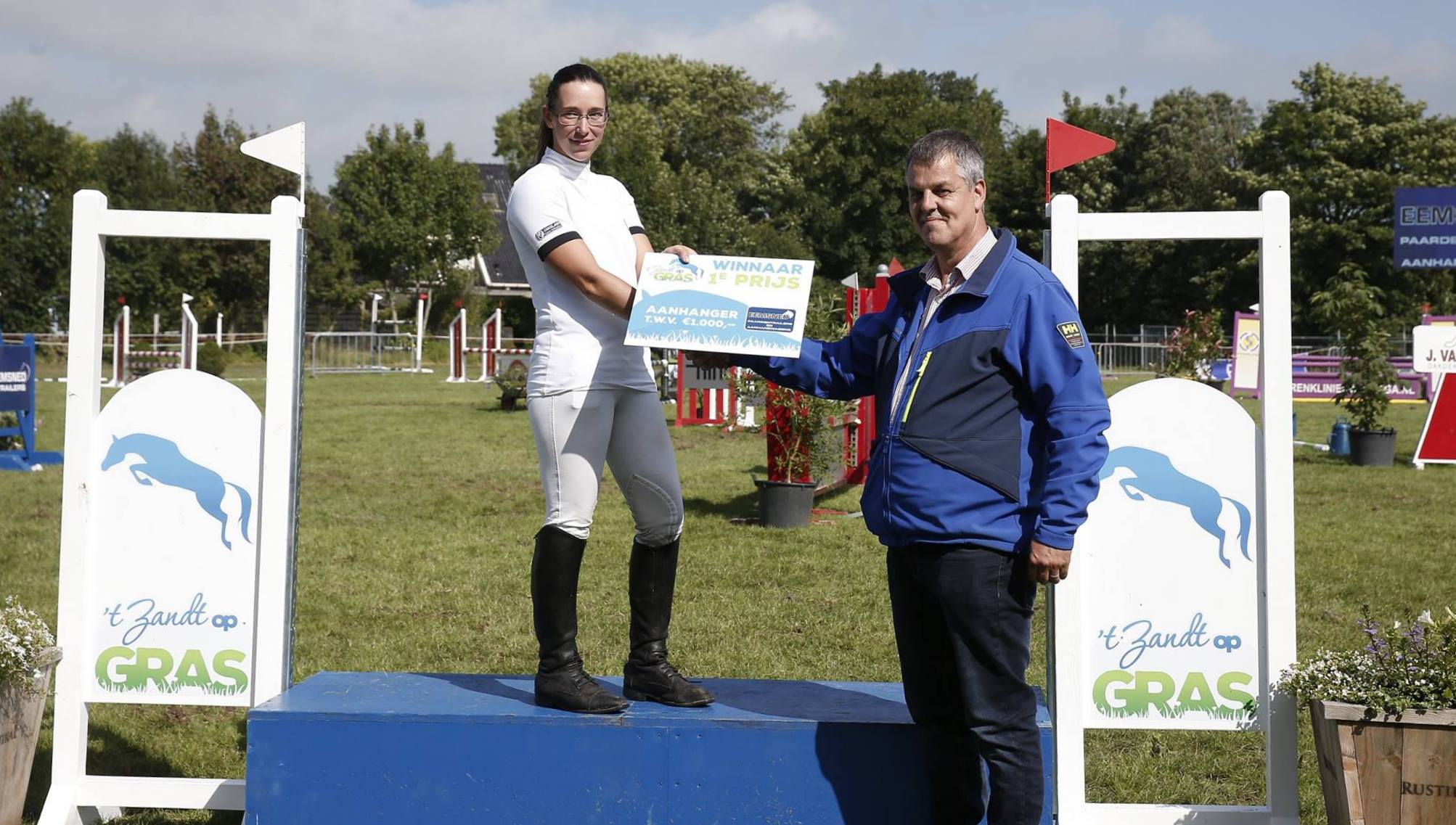 Marian Lunsche krijgt de extra prijs uit handen van sponsor Gert Smit van Eemsned.