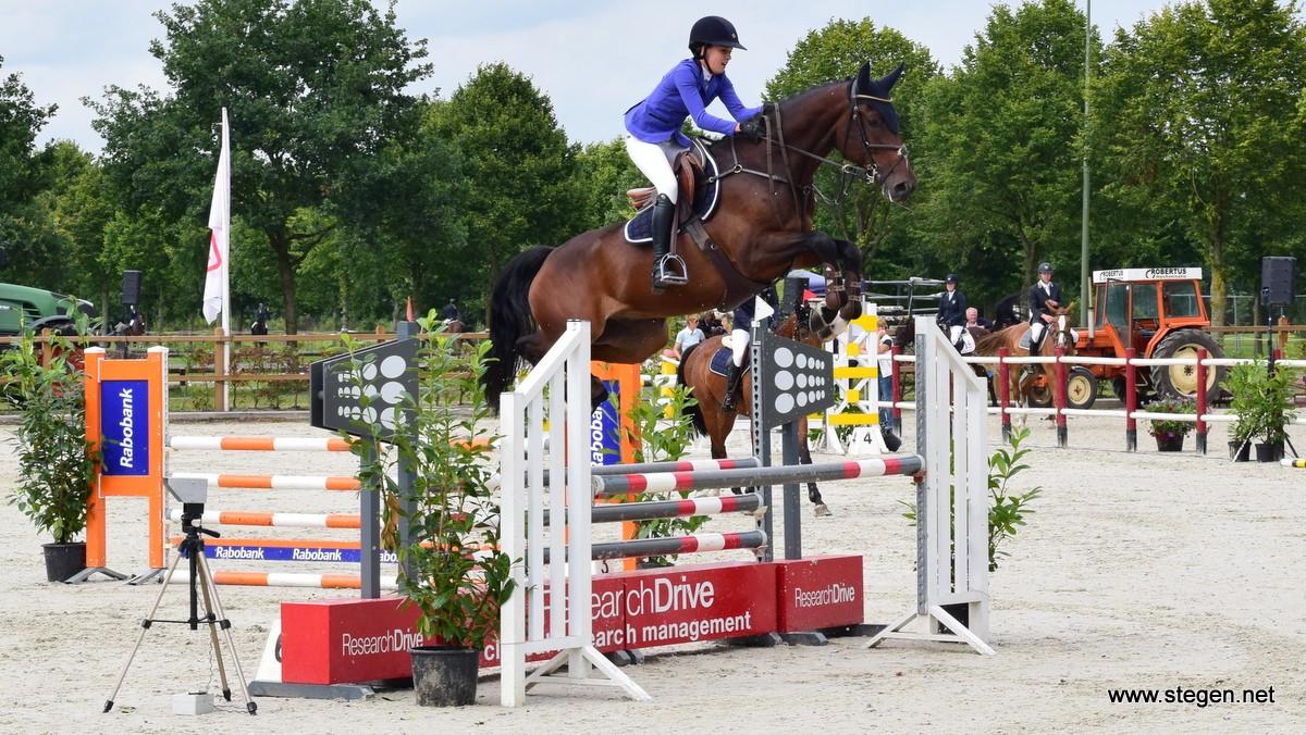 Marsha Schütte met de zeer hoog springende Harvey in de klasse B.