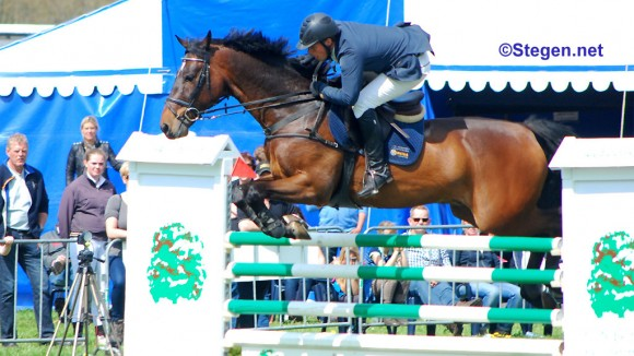 Martijn Veenstra stuurt Luimstra's Beyou naar de zege in de Grote Prijs van Marum. ©Steven Stegen