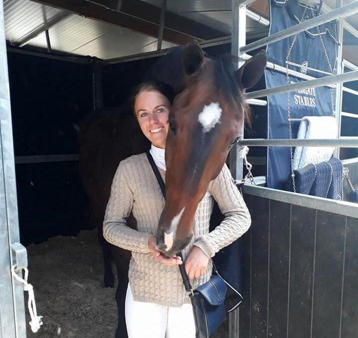 Maureen Bonder op bezoek bij haar voormalige toppaard Alex.