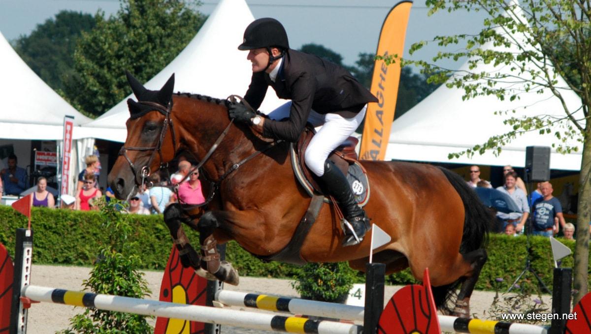 Michael Greeve won met Whitney BB het eerste onderdeel van het NK springen in Mierlo.