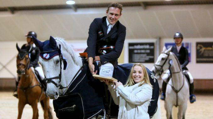 Jumping Lichtenvoorde. Micky Morssinkhof overhandigt de PSC Bokaal aan winnaar Piet Raijmakers. foto: Wendy Scholten