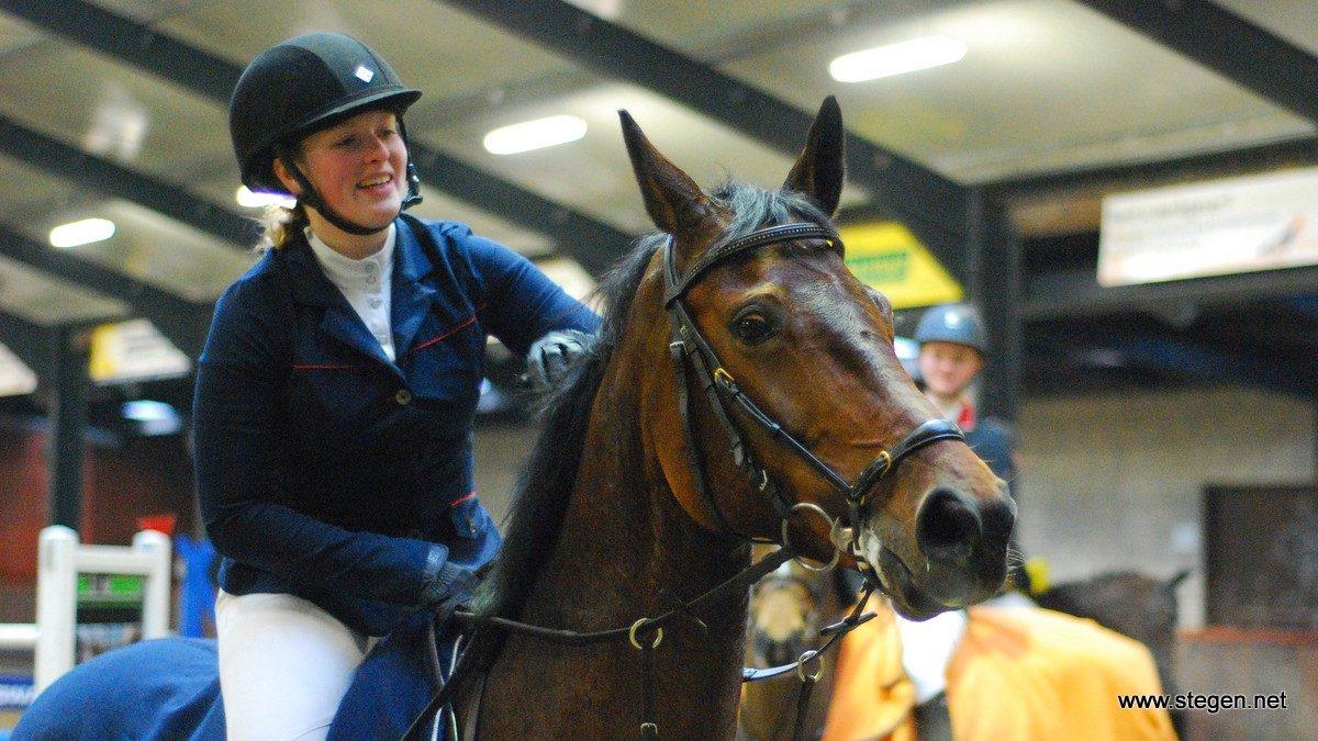 Nienke Eendhuizen met Da Linda S tijdens de prijsuitreiking van het Gronings kampioenschap 2016.