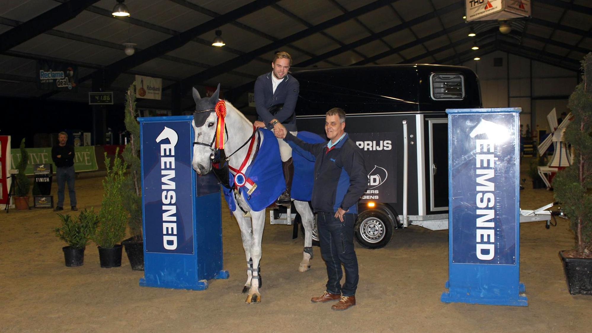 Dalerveense Ruiterdagen. Nuri Dijks won de hoofdprijs, een tweepaards trailer en krijgt de felicitaties van sponsor Gert Smit van Eemsned. foto: Facebook | Boekweitruiters