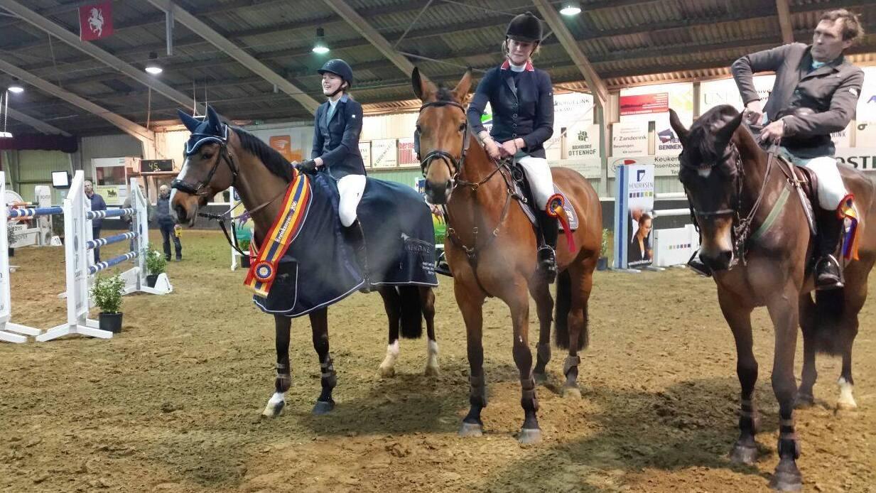 De top drie van het Overijssels ZZ-kampioenschap, met helemaal links Britt Wiefferink. foto: KNHS Overijssel