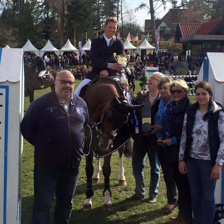 Remco Been en Holland van den Bisschop bij de prijsuitreiking. Ze wonnen de Grote Prijs Hardelot. foto: Facebook