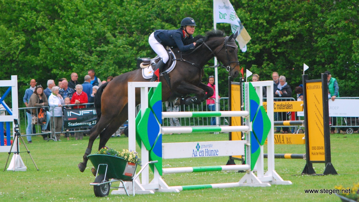 Renate Beuving knalt met Berona tijdens Jumping Amsterdam