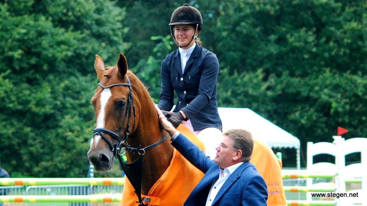Felicitaties van Meindert Meijer voor Rianne Visscher, die de klasse M won met Coco Mademoiselle.
