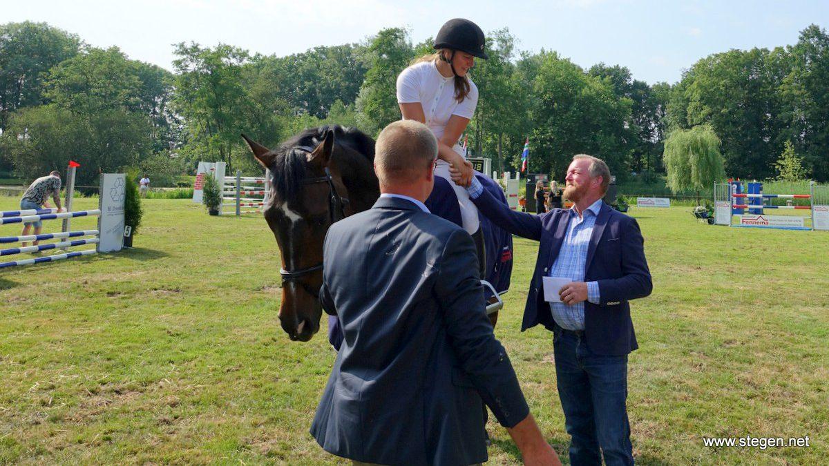 Felicitaties voor Rianne Visscher, die met Hollerno de Grote Prijs won op het Heeresveldconcours.