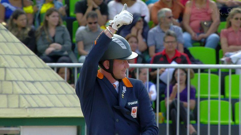 Rio 2016. Diederik van Silfhout steekt zijn duim op na zijn goede proef met Arlando.