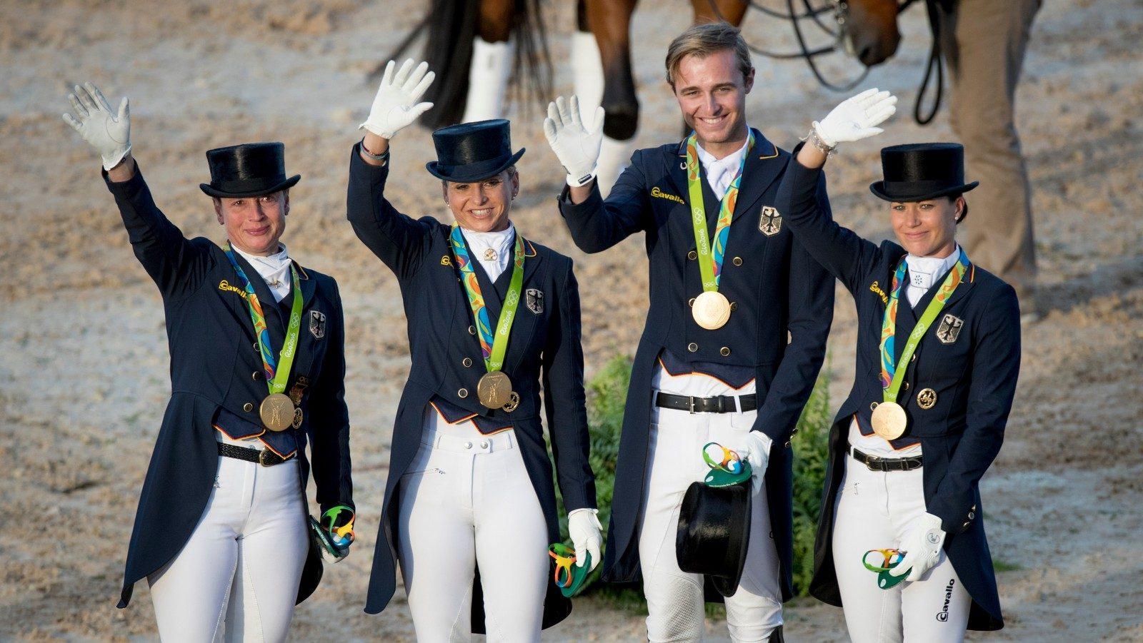 Het gouden Duitse dressuurteam, bestaande uit Isabell Werth, Dorothee Schneider, Sönke Rothenberger en Kristina Bröring-Sprehe. Foto FEI | Dirk Caremans