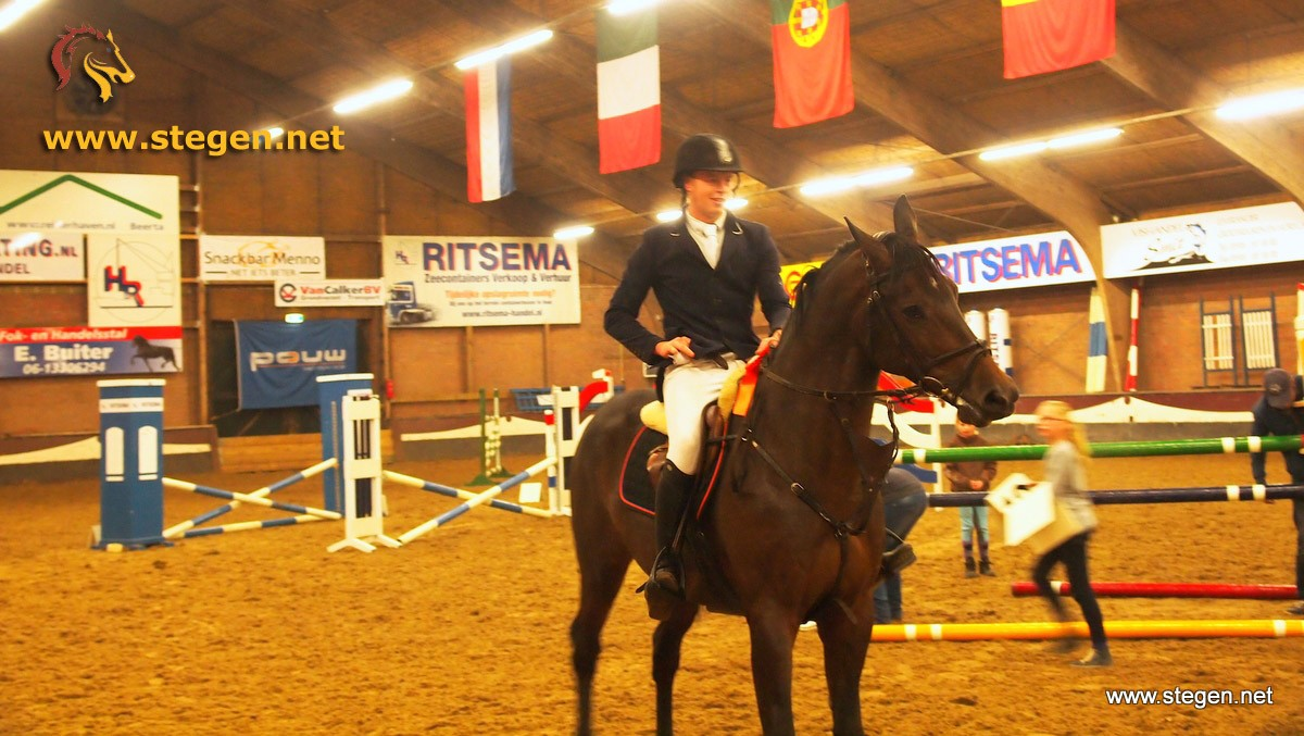 Robert Havinga en Bacardi tijdens de prijsuitreiking in Winschoten. foto: Renold Lowes