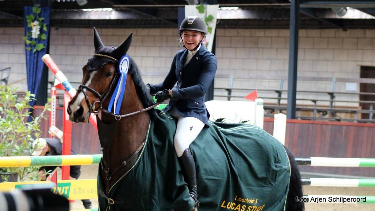 Indoor Tolbert. Romiëlle van Tyul is duidelijk blij met haar overwinning in de klasse M met Luimstra's Galina. foto: Arjen Schilperoord