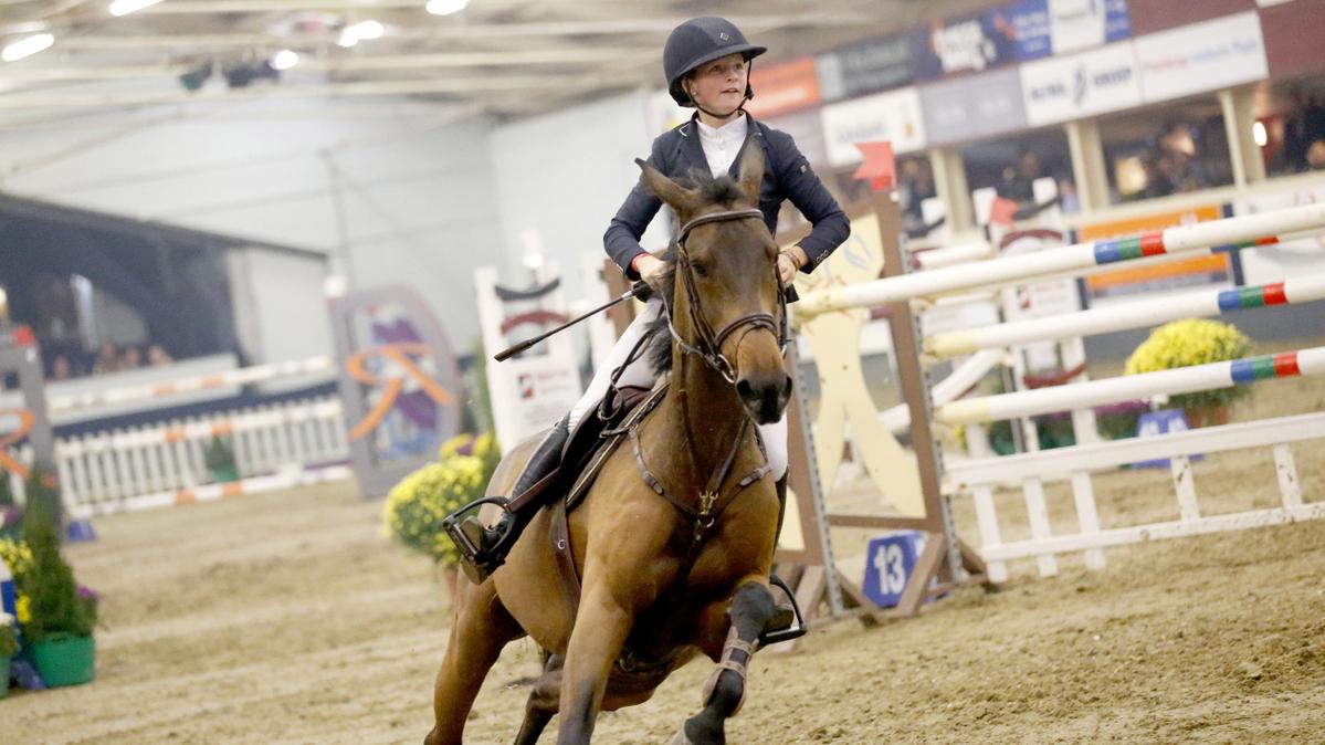 Sanne Thijssen scheurt met Ulena naar de overwinning in de rankingproef. foto: Indoor Wierden | Fototrailer