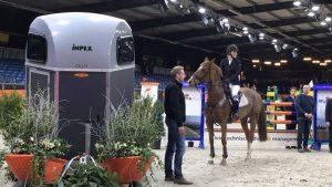 Saskia Deknatel wint paardentrailer in landelijke superfinale Indoor Groningen