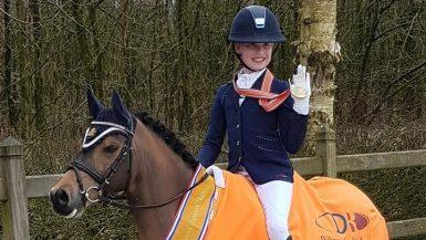 Noordelijke pony-amazones Silke Reuvekamp en Flore Woerts pakken titels