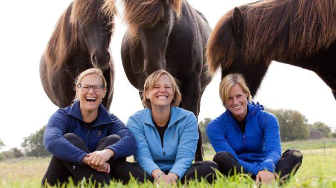 Youth Cup Ijslandse paarden. De tweelingzussen Marije en Cunera Rauwerda, eigenaressen van Stoeterij Frá Skoti uit Weesp, zijn hoofdsponsor van de FEIF Youth Cup 2016.