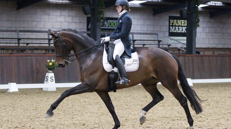 Veronique Roerink rijdt Flanell naar de overwinning in de lichte tour.