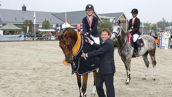 ZZ-kampioene Vicky Helthuis en Chappeau bij de prijsuitreiking.