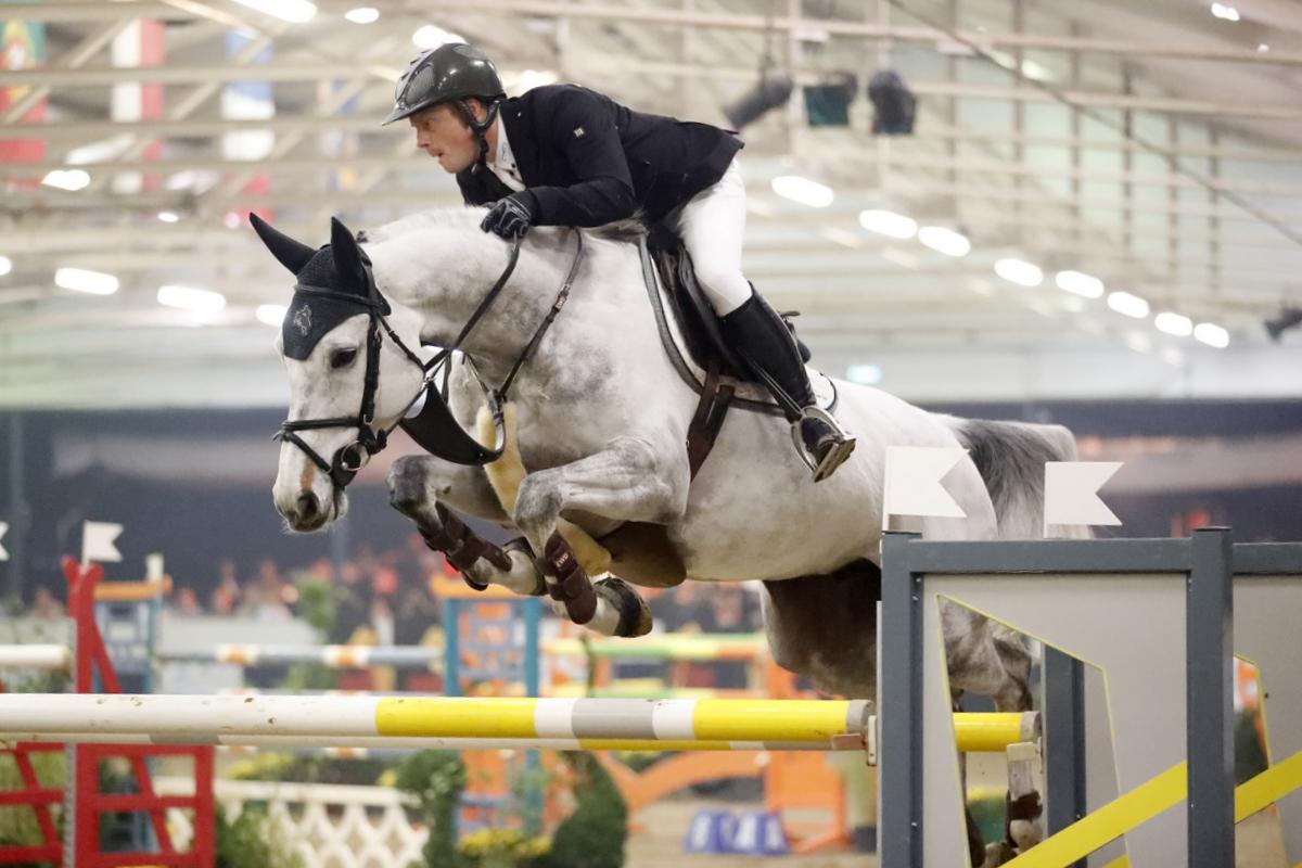 Willem Greve rijdt Elke Maria naar de overwinning op Indoor Wierden.