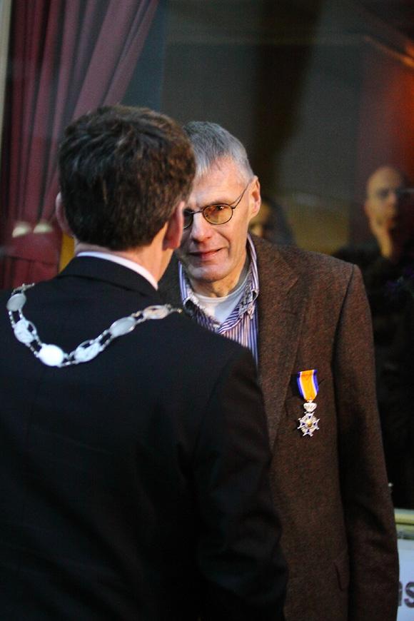 Wim van Es is zichtbaar geroerd als hij de onderscheiding krijgt. ©Joke van der Molen