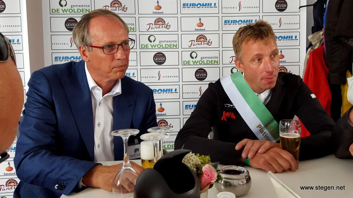 Voorzitter Christiaan Hendriksen en winnaar Jur Vrieling in 2015.