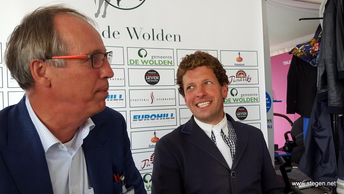 Een blije Pim Mulder (rechts) naast voorzitter Christiaan Hendriksen.