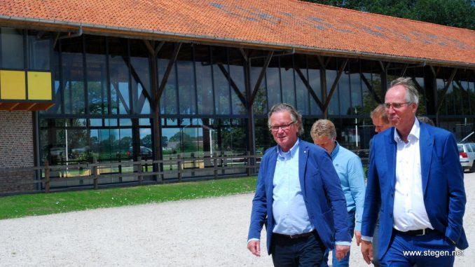 CH De Wolden. Voorzitter Christiaan Hendriksen (rechts) en sponsor Albert Hendriks, met op de achtergrond de nieuwe VIP-ruimte.