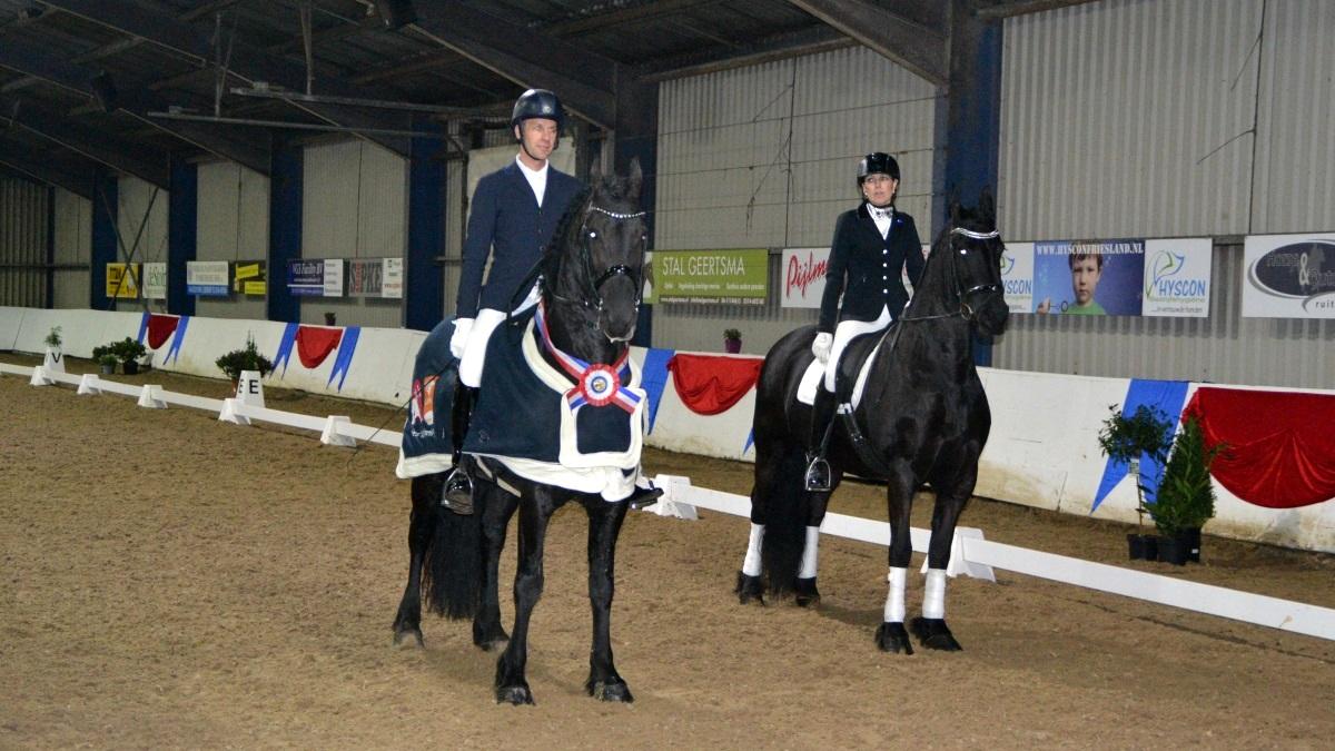 Bennie van Es en Margriet Koopmans bij de prijsuitreiking. foto: KNHS Friesland