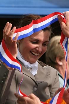 Blijdschap bij Emmelie Scholtens over haar twee kampioenslinten. ©Roland Hitze