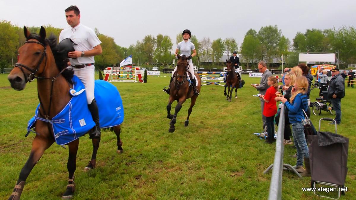 Diamant van Onstwedde. Nick van den Broek voorop in de ereronde, gevolgd door Lysanne Kruizinga. foto: Reinold Lowes