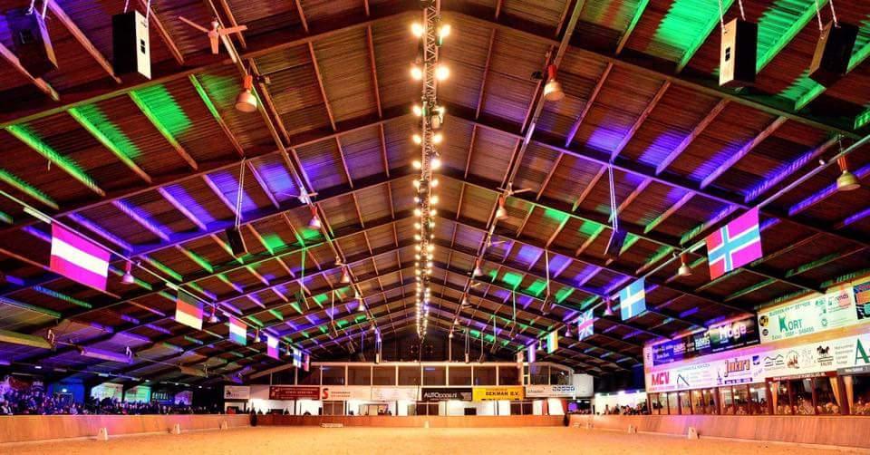 De grote hal van het Hippisch Centrum Exloo.