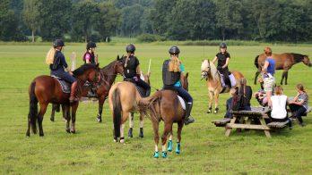 Deelnemers tijdens een eerdere instructieweek de de Boerhaarshoeve in Grolloo.
