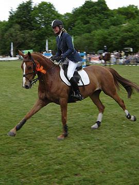 Hester Klompmaker rijdt haar ereronde.