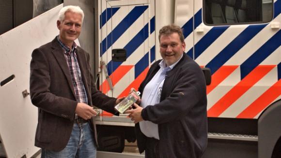 Wilfred Franken van de FNRS krijgt een Mestboytogo.