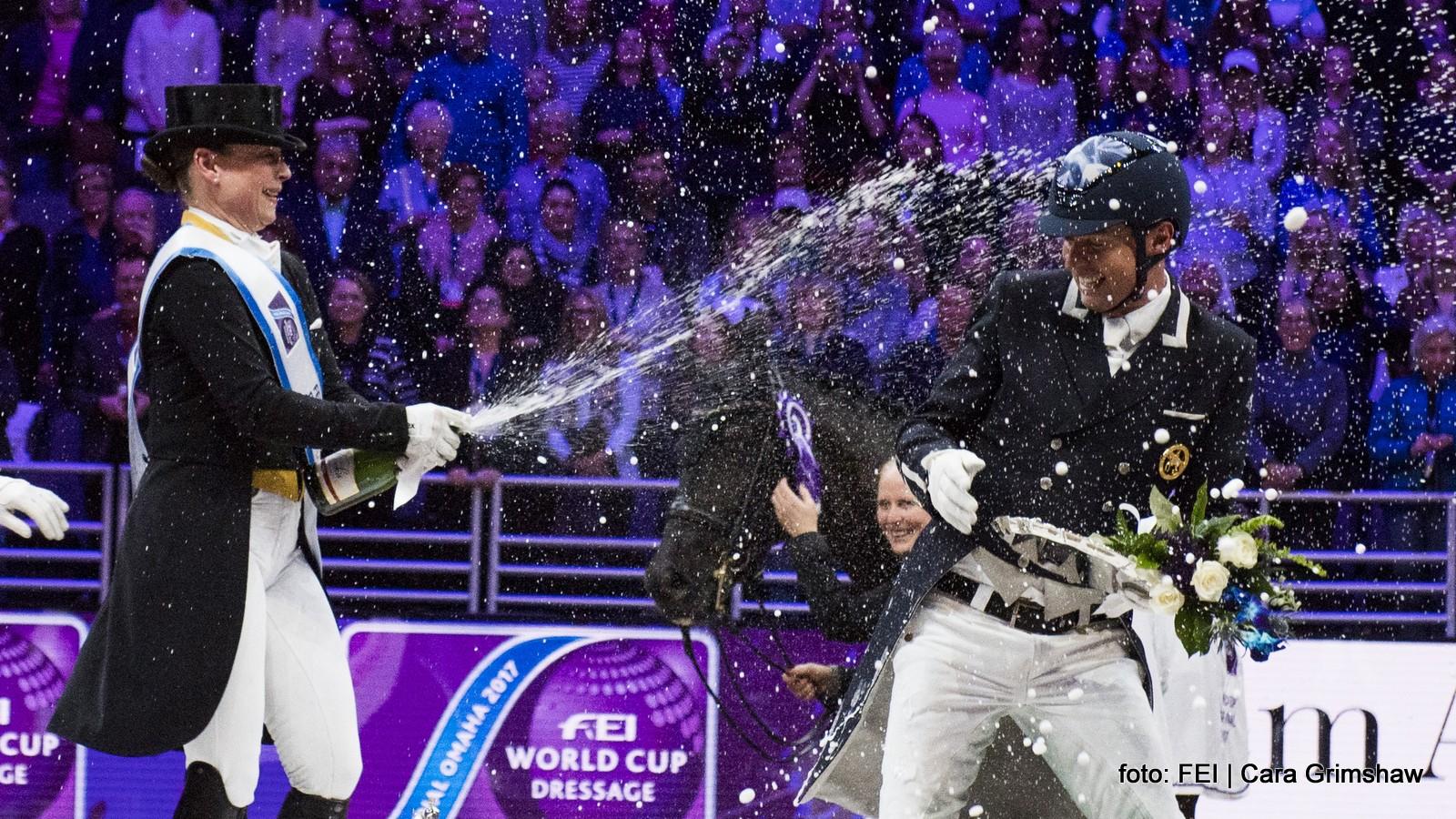 finale wereldbeker dressuur. Isabell Werth laat de champagne vloeien na haar overwinning. Carl Hester (derde) houdt het niet droog. foto: FEI | Cara Grimshaw