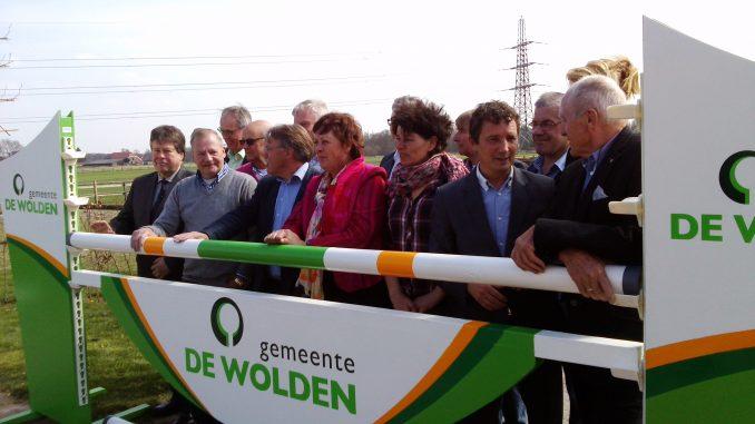 CdK Jacques Tichelaar (links) en de bestuursleden van de vijf hippische organisaties. ©Steven Stegen