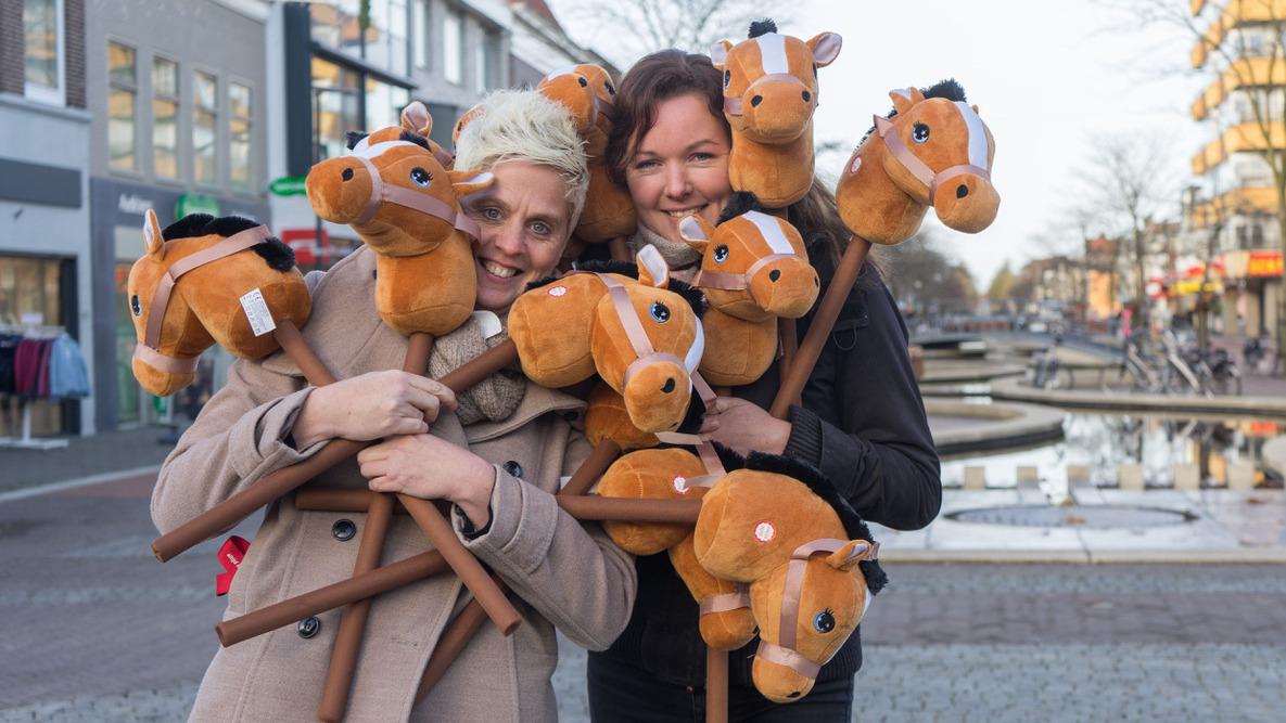 De initiatiefneemster van deze ludieke wedstrijd Kim Stellingwerf (links), hier samen met haar groom Fenneke Tjooitink.
