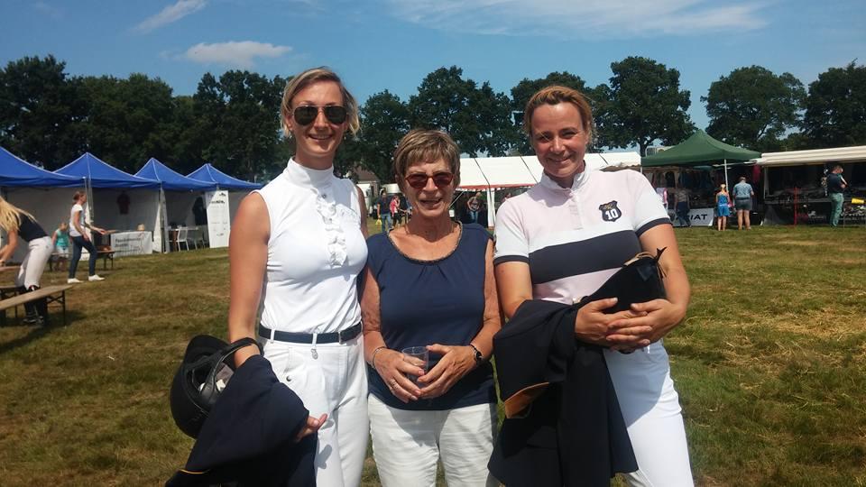 Angelique en Patricia Hadderingh en in het midden hun trotse moeder Lia.
